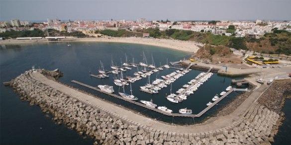 Praia-Vasco-da-Gama-e-Porto-de-Recreio-de-Sines-renovam-Bandeira-Azul.jpg